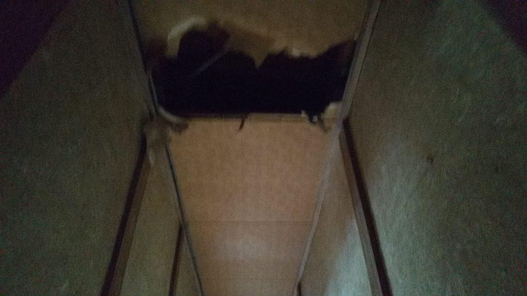 穴の空いた天井