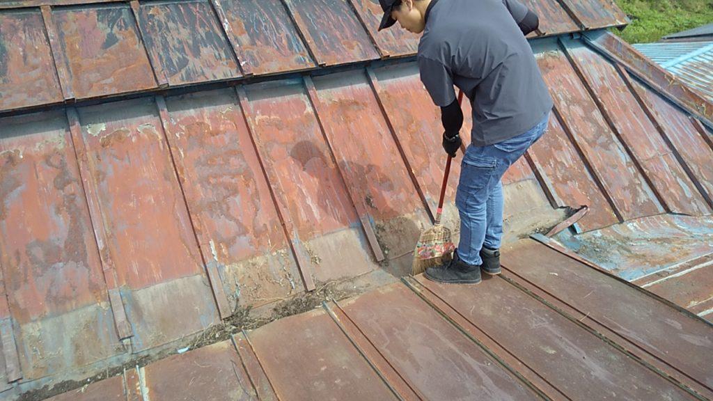 古民家の赤いトタン屋根