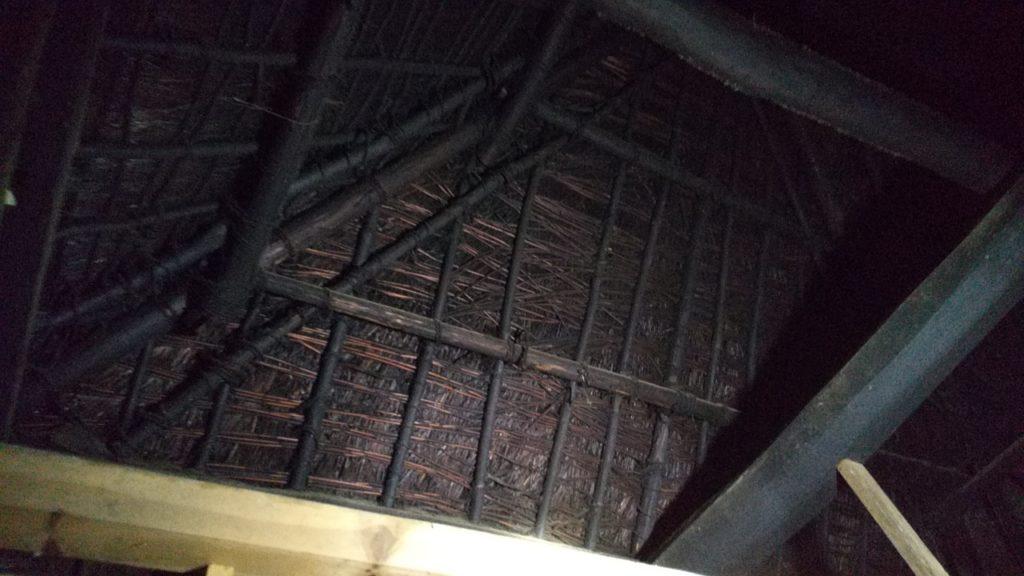 茅葺き屋根の側面