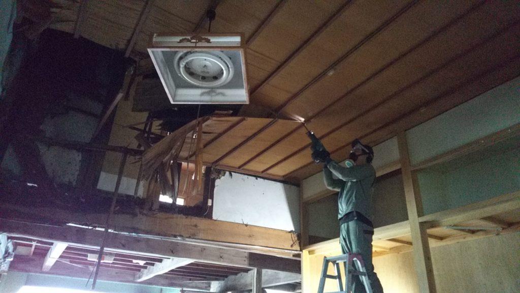 天井を切り落とすレシプロソー