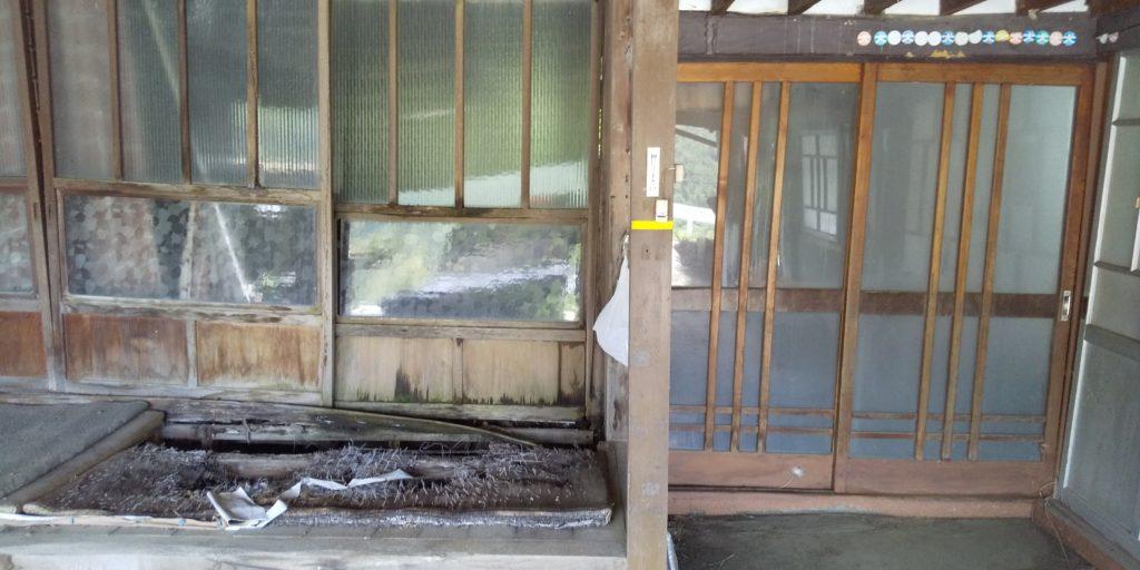 空家の玄関の画像