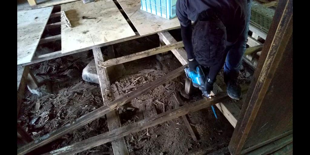 床下の根太を切断するレシプロソー