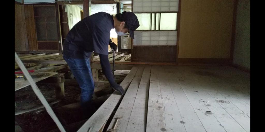 古民家の床板をはがす